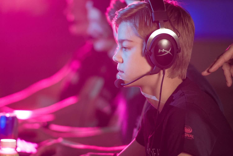 Frontfiguren vår på e-sport, Joakim, sitter i dyp konsentrasjon med headset og spiller med teamet sitt på LAN