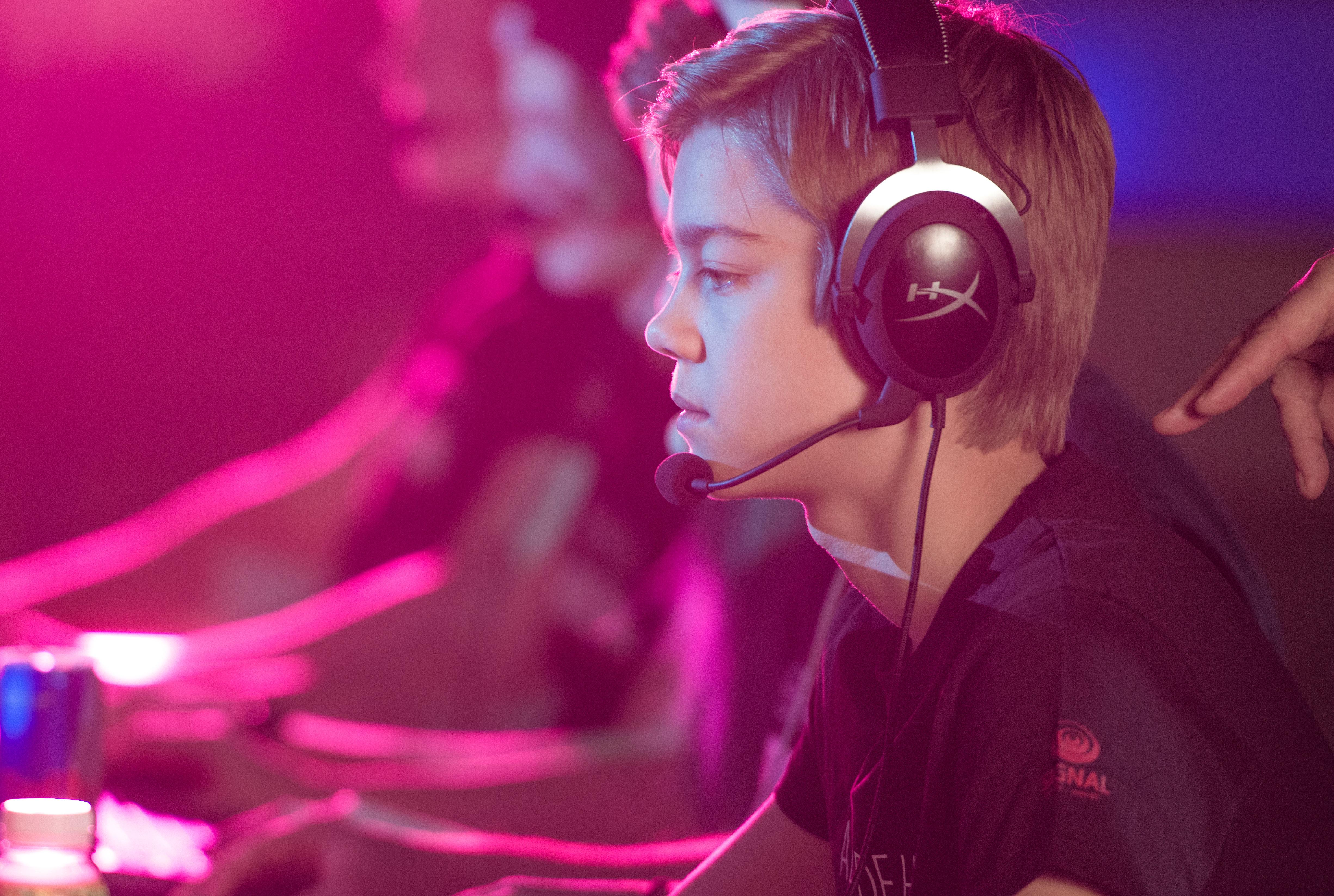 Joakim, vår hovedperson fra filmen, sitter med e-sport-headsett sammen med laget sitt og spiller kamp online.