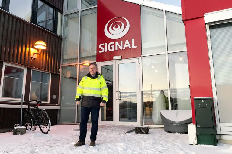 Teknisk sjef, Aage Blankvoll står foran Signals inngangsparti