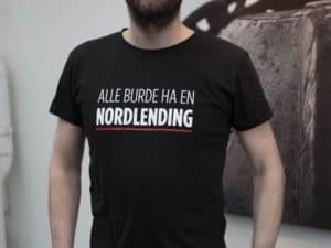 (Utsolgt) «Alle Burde Ha En Nordlending» T-skjorte – Sort