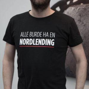 """Sort T-skjorte med teksten """"Alle burde ha en nordlending"""""""