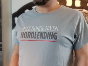 «Alle Burde Ha En Nordlending» T-skjorte – Lys Grå