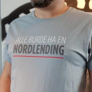 """Grå T-skjorte med teksten """"Alle burde ha en nordlending"""""""