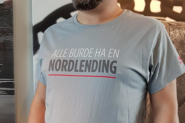 Alle-burde-ha-en-nordlending-tskjorte-grey