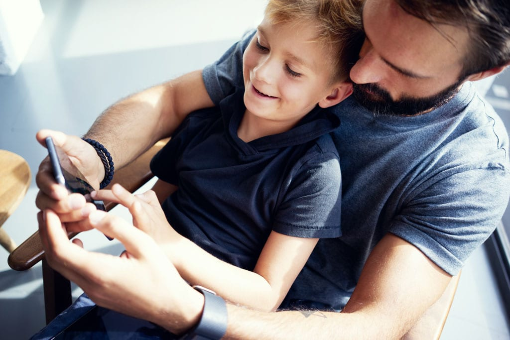 Barn og unge trenger en trygg hånd å holde i – også på internett