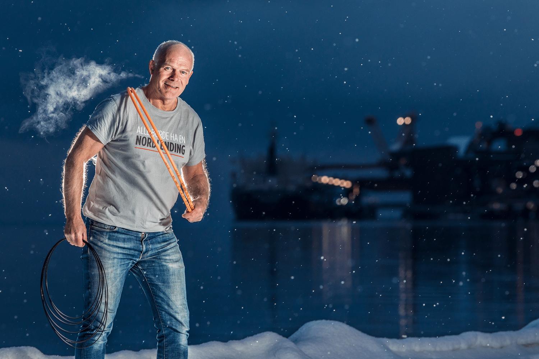 "Kåre Berglund i ""Alle burde ha en nordlending"" t-skjorte ved havna i Narvik en vinterdag."