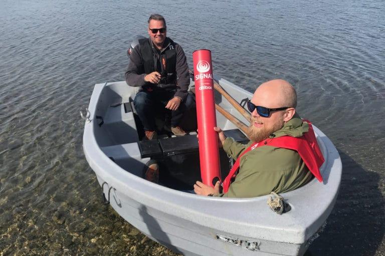 Børge Simonsen fra Signal Bredbånd viser fram Badetassen som skal settes ut med båt i Soløyvannet