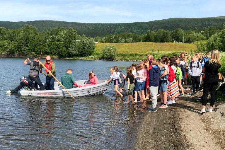 Signal Bredbånd får dyttehjelp fra alle tilskuere når Badetassen skulle sjøsettes i Soløyvannet