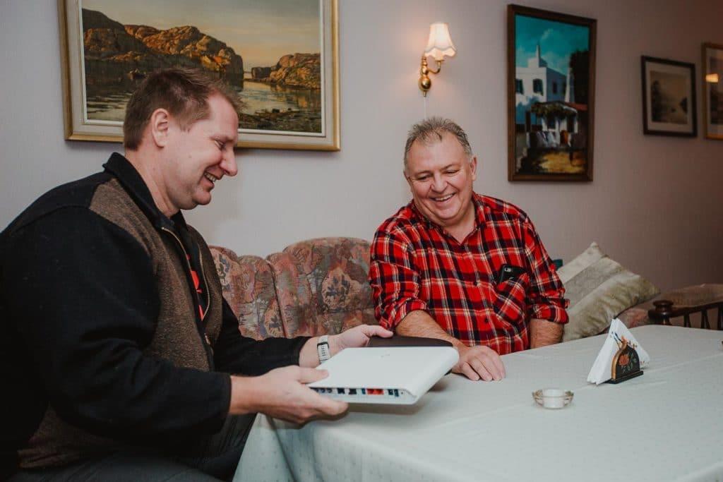 Salgssjef Valter Jacobsen fra Signal Bredbånd viser frem nyeste teknologi fra Altibox