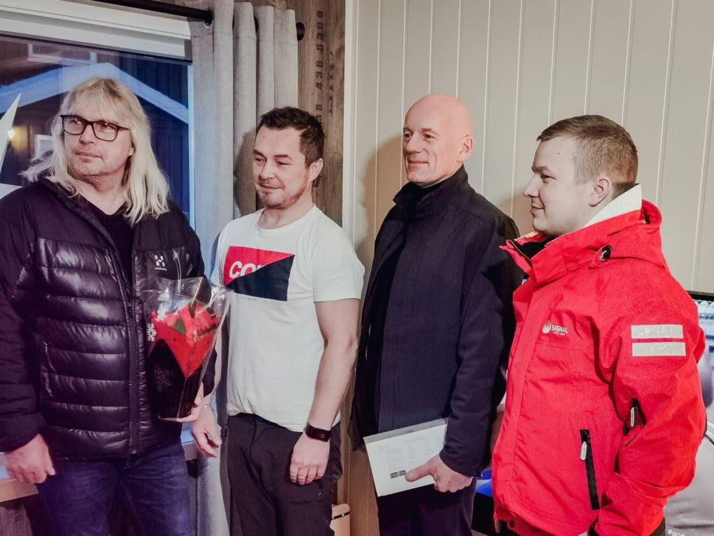 Finnmarks første Altibox kunde blir markert med ordfører, direktør og montør til stede