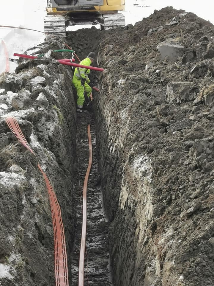 Vinterkledde arbeidere står på og graver grøfter slik at beboerne i Drevjadalen får Fiber og Altibox