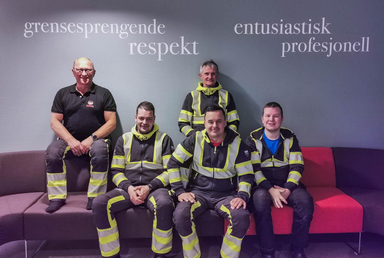fem entreprenører fra Signal Bredbånd i Finnmark sitter i en sofa sammen