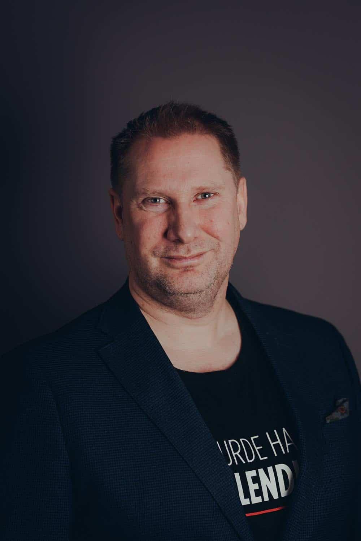 BRL Sjef Valter Jacobsen fra Signal Bredbånd står foran en brun bakgrunn