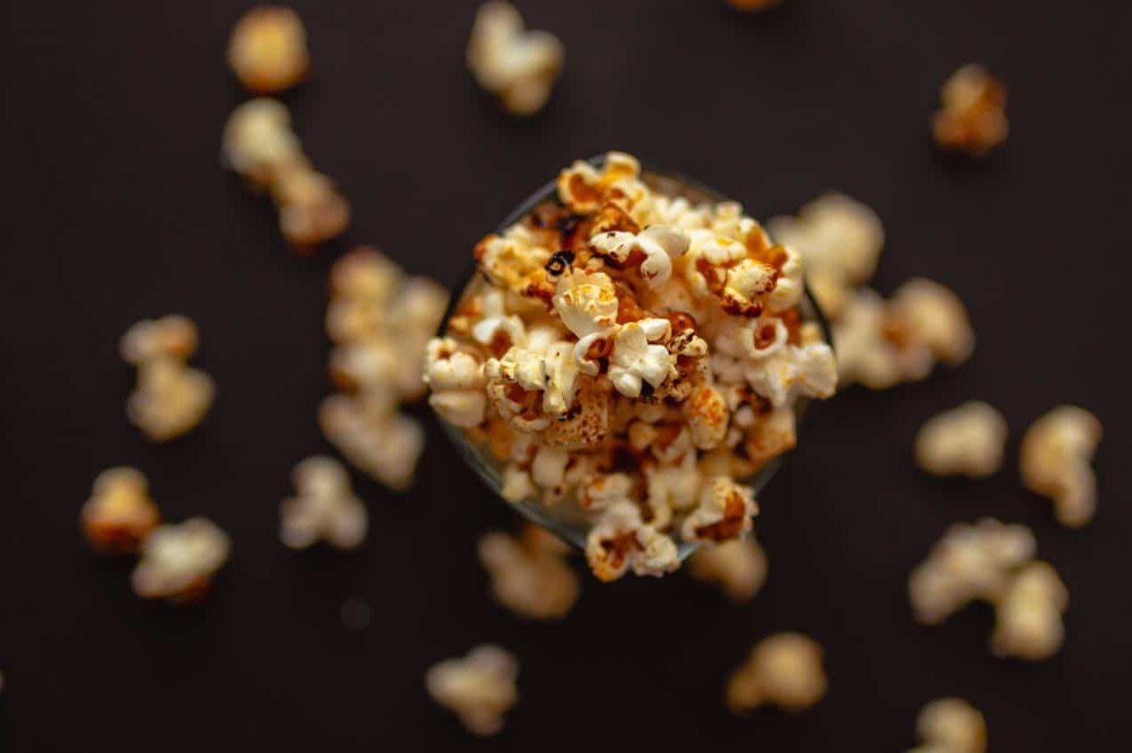 En skål Popcorn sett ovenfra mot mørk bakgrunn