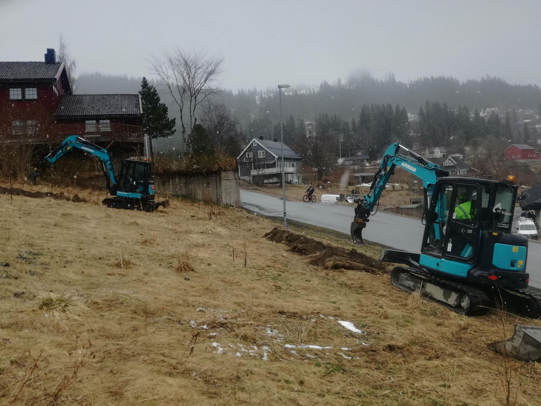 Gravearbeidet er i gang i Finneidfjord i forbindelse med fiberutbyggingen