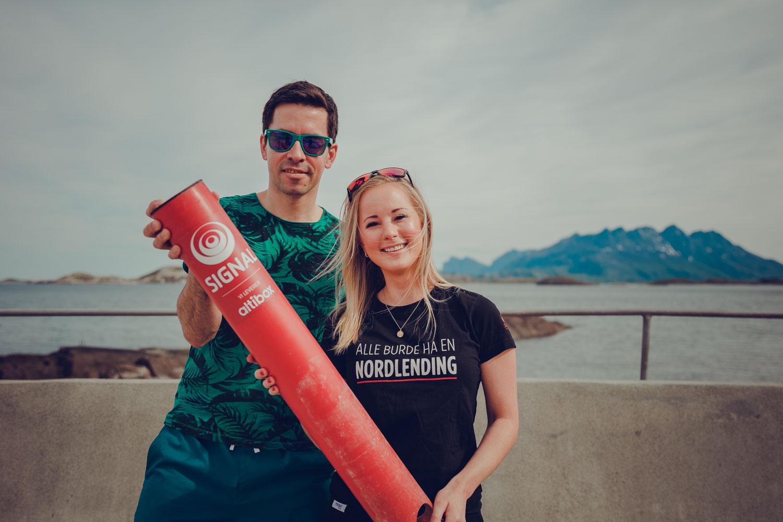 Robin Krogh og Stine Værang fra Signal Bredbånd viser stolt frem Badetassen, en smart sensormåler som skal måle vanntemperaturen i Bodø