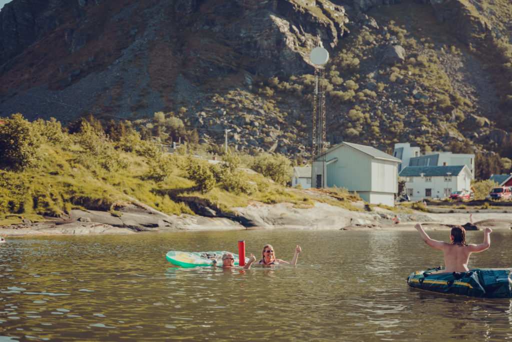 Kystinkubatoren svømte ut med Badetassen ved Valplassen på Lovund