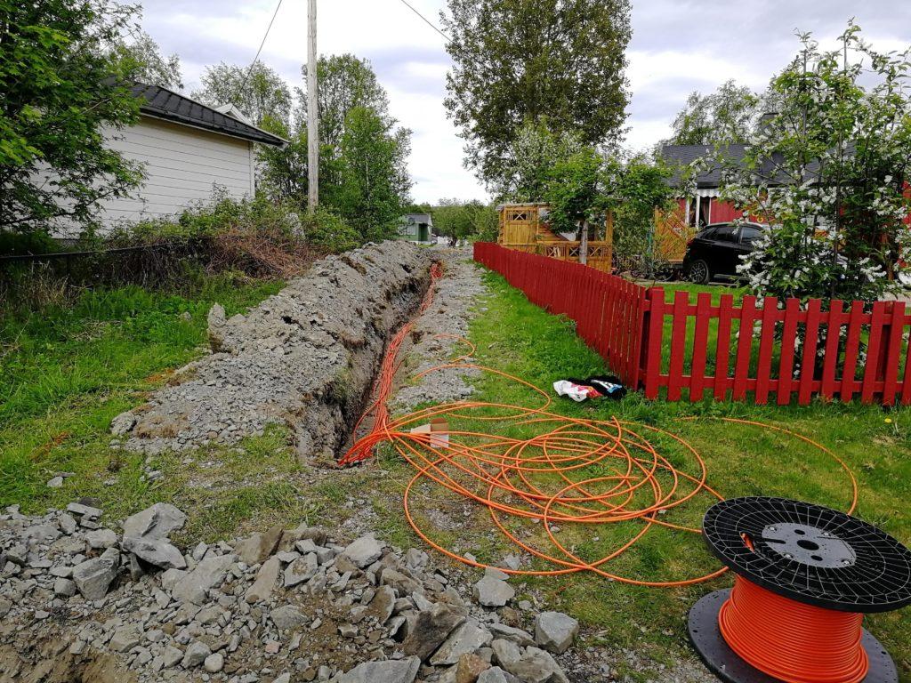 Gravearbeid pågår ved Gartnerjordet i Bjørnevatn i forbindelse med fremføring av fiberkabler