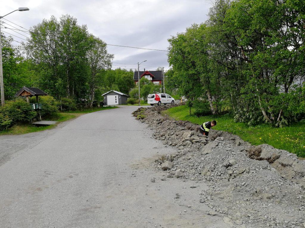 Fiberutbygging i Bjørnevatn, her graves det grøfter ved Gartnerjordet
