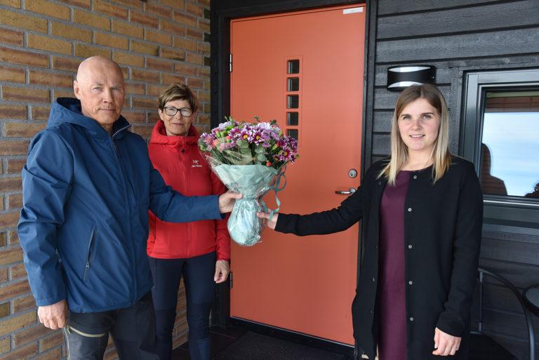 Altas første Altibox-kunder får blomst fra Linn Anett Andersen fra Signal Bredbånd