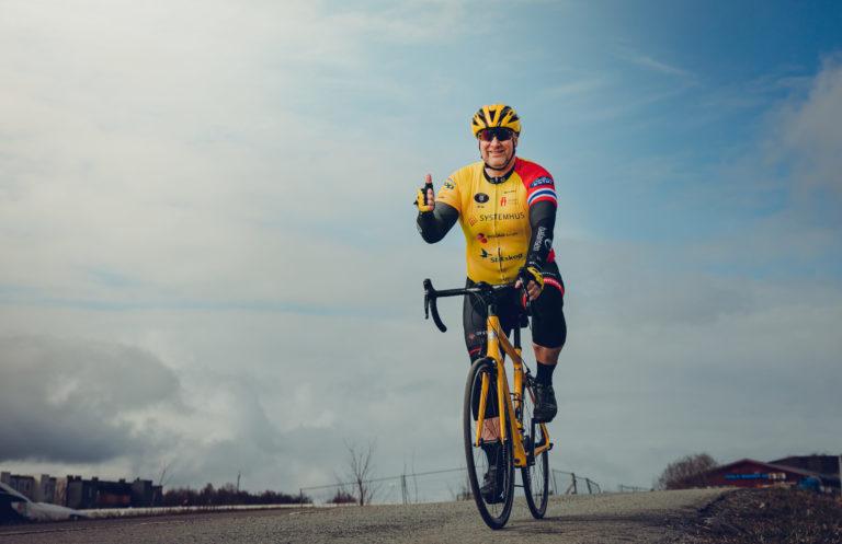 Valter Jacobsen ikledd gul sykkeldrakt sykler mot kamera på racingsykkel med tommel opp
