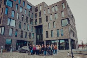 Folk fra Signal Bredbånd står i en gjeng foran bygget Bodø Innovation Gate i Bodø