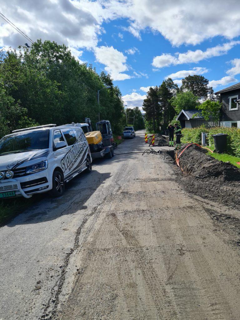 Gravearbeid i Idrettsveien i forbindelse med Signal og Altibox utbygging av fiber i Bossekop i Alta