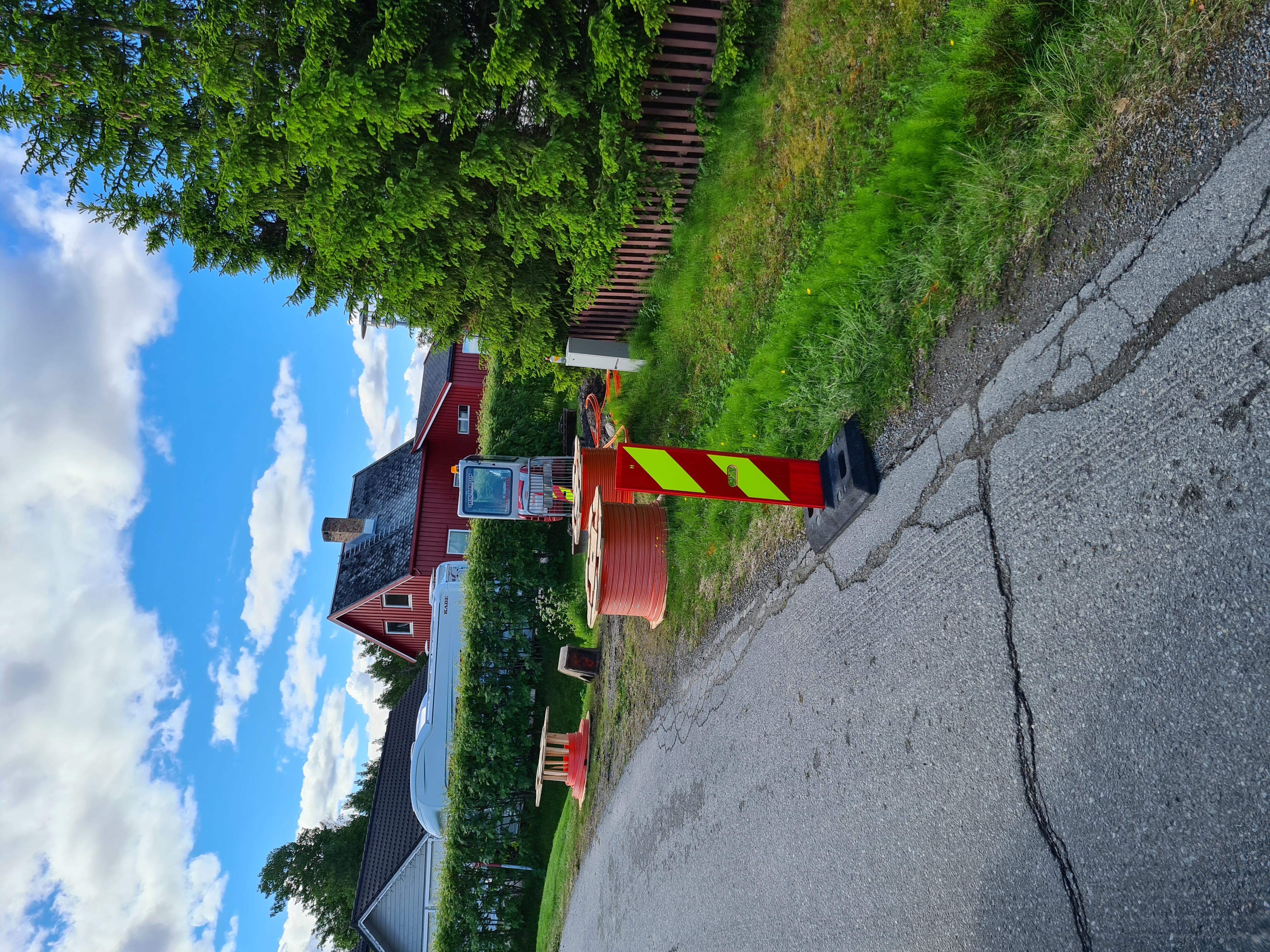 Gravearbeider i Holtenbakken i forbindelse med Signals utbygging av fiber internett i Bossekop i Alta