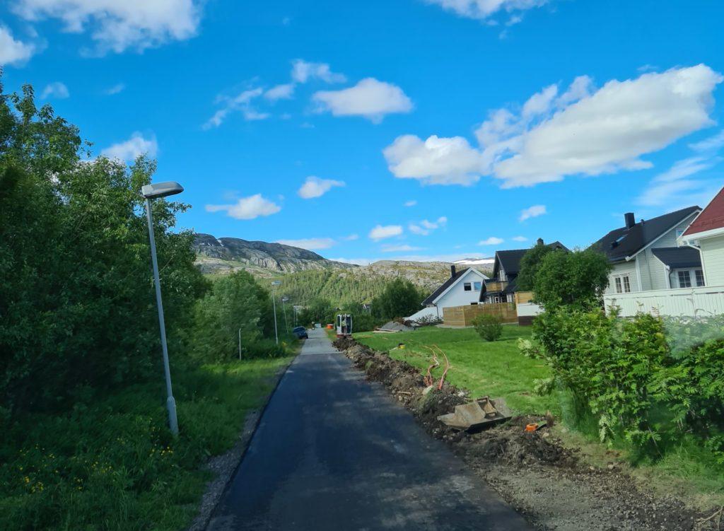 Gravearbeid i Svaneveien i Alta i forbindelse med fiberutbyggingen i regi av Altibox og Signal i Gakori