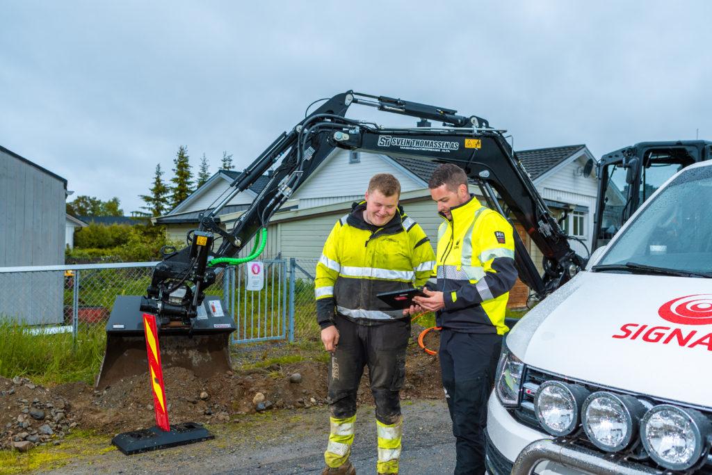 Montør fra Signal, Steinar og lokal entreprenør fra Svein Thommassen AS går over planene for utbyggingen i Gakori i Alta