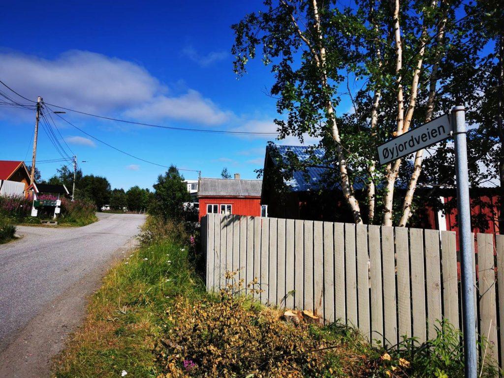 Signal starter nå opp gravearbeider i Øyjordveien på Sandnes i Sør-Varanger slik at beboerne får tilgang til fiber i løpet av året