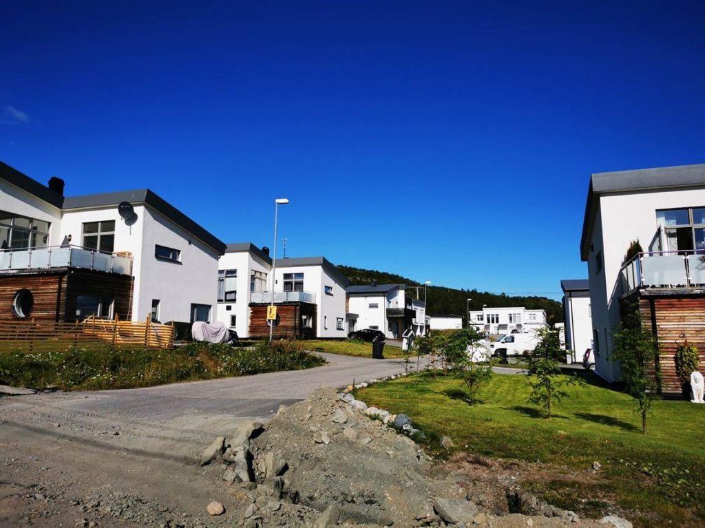 Gravearbeider i forbindelse med fiberutbygging i regi av Signal Bredbånd og Altibox på Sandnes i Sør-Varanger