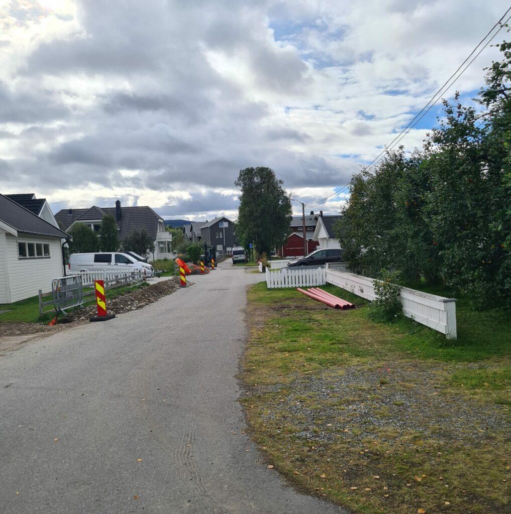 Gravearbeid i forbindelse med fiberutbyggingen i Bossekop i Alta i regi av Signal og Altibox