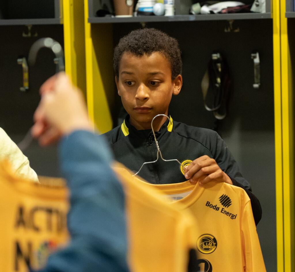 Levi fikk bli med ned i garderoben hos Bodø/Glimt for å hente goodiebag og sin egen signerte drakt.