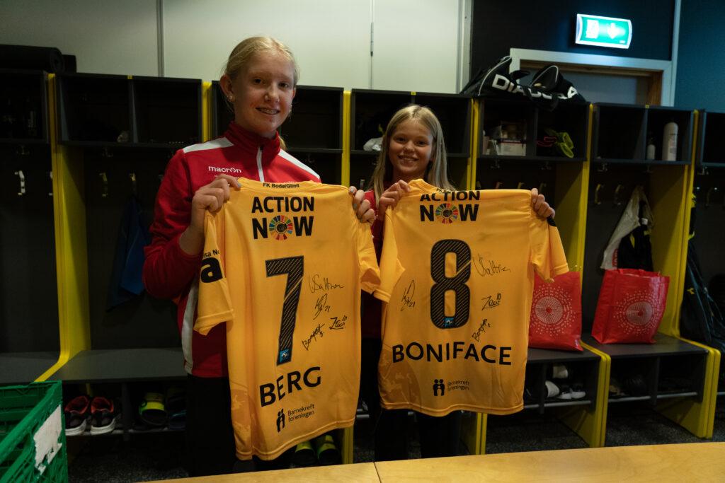 Ingrid og Elise fra Bodø viser stolt frem gule Bodø-Glimt drakter etter at de ble overrasket med Drømmetreffet
