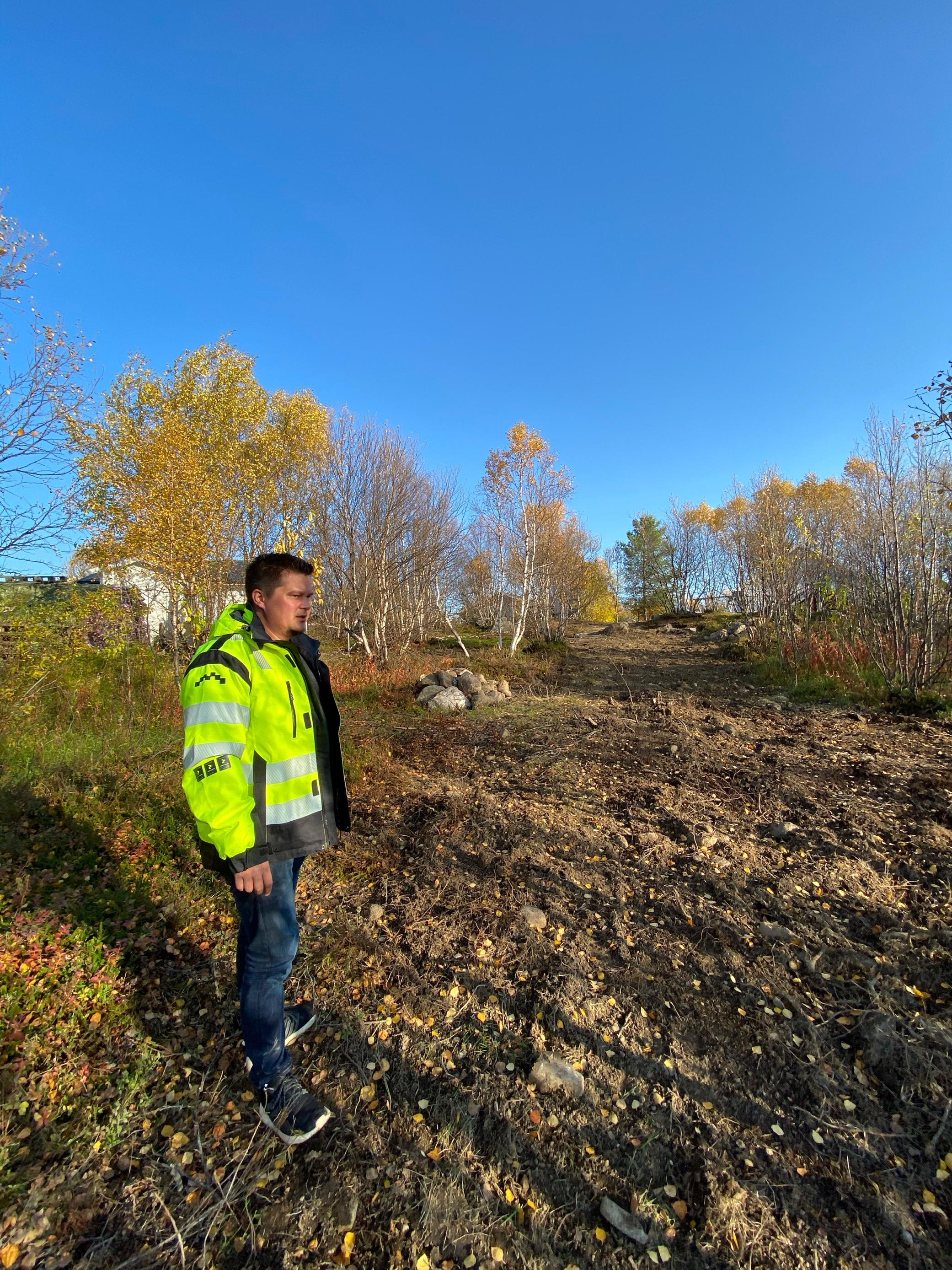 Vår lokale prosjektleder Rune sjekker at fiberutbyggingen på Hesseng går etter plan