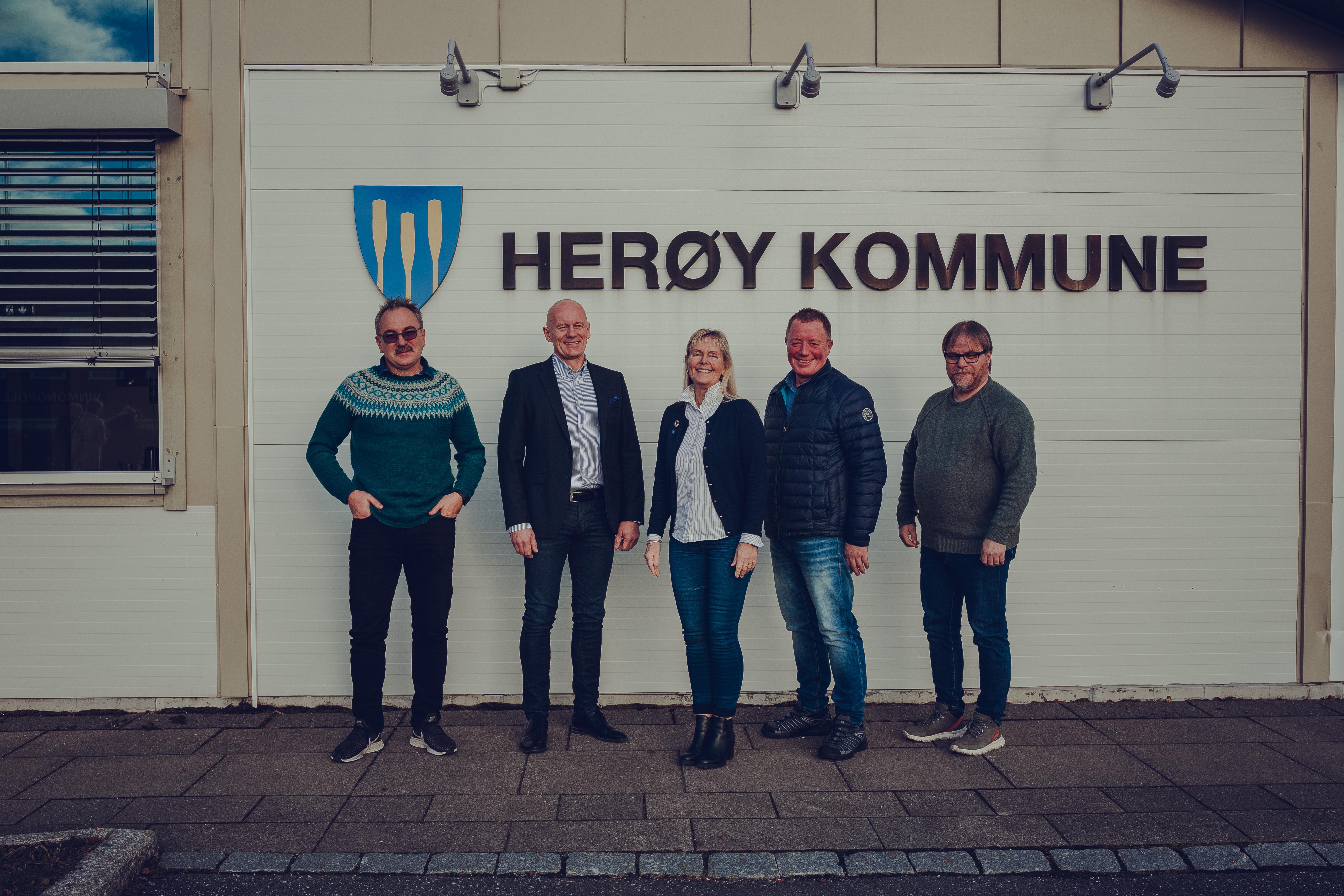 Administrerende direktør i Signal Bredbånd, Ordfører i Herøy Kommune møttes for å markere oppkjøpet av Herøy Fiber AS.