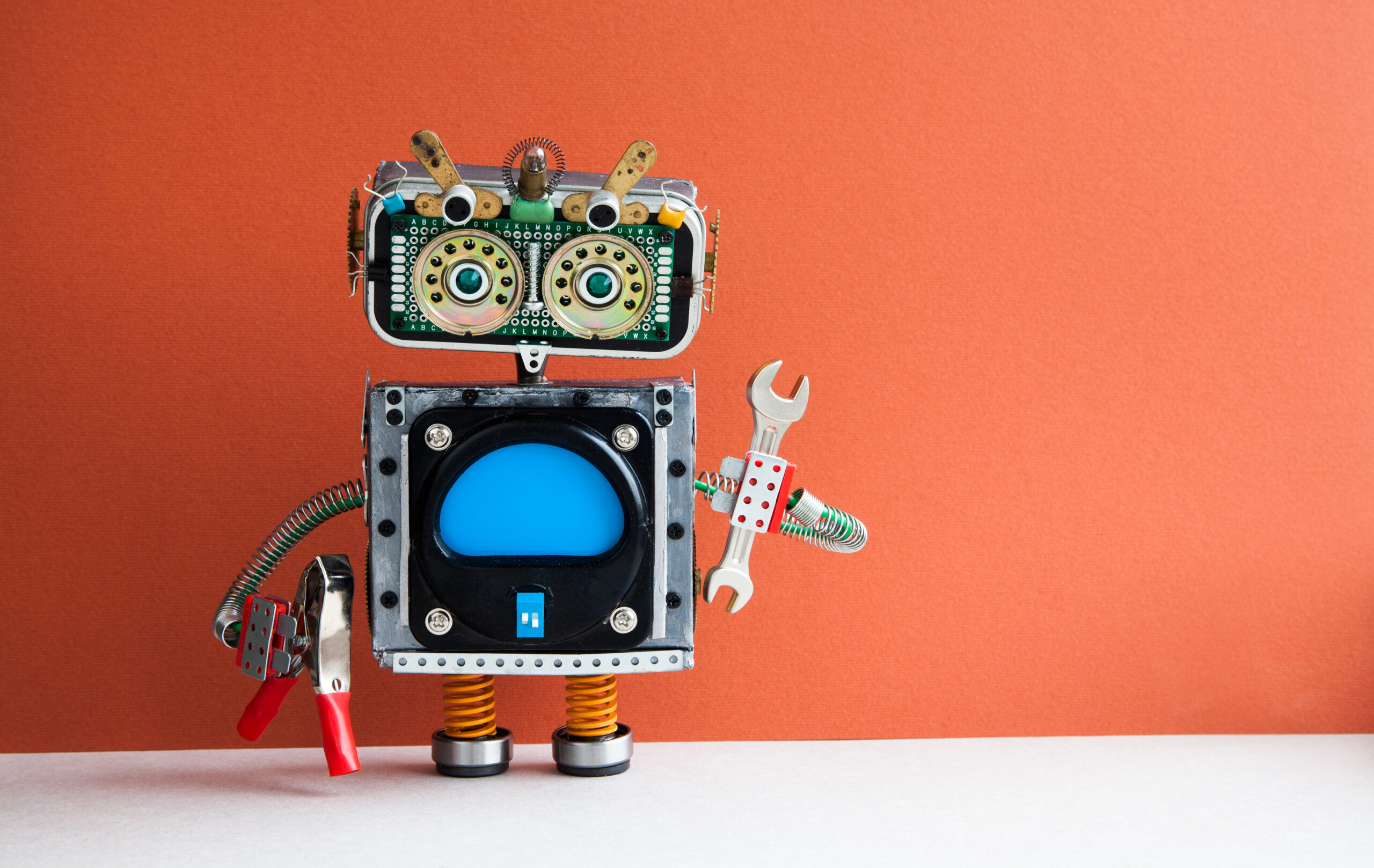 Liten robot med tang og muttertrekker