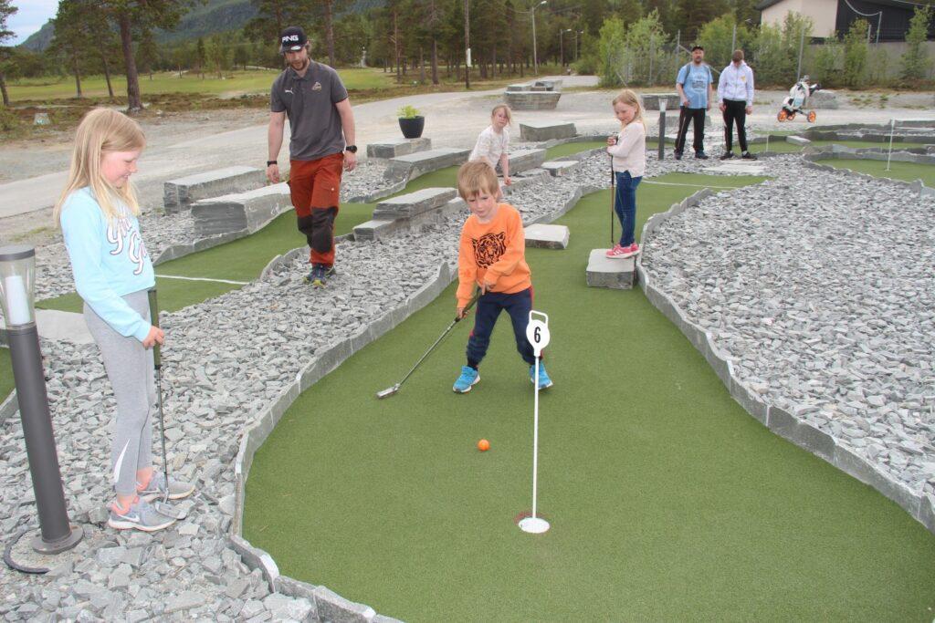 Barna koser seg på Alta Golfklubb