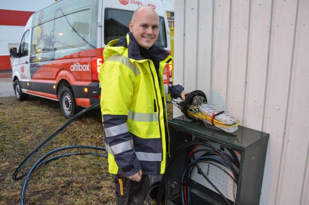 Montør Lars-Ove Antonsen kobler fiber. Han har nå hentet en splitter ny arbeidsbil som gjør at deler av monteringen kan gjøres inne i bilen.