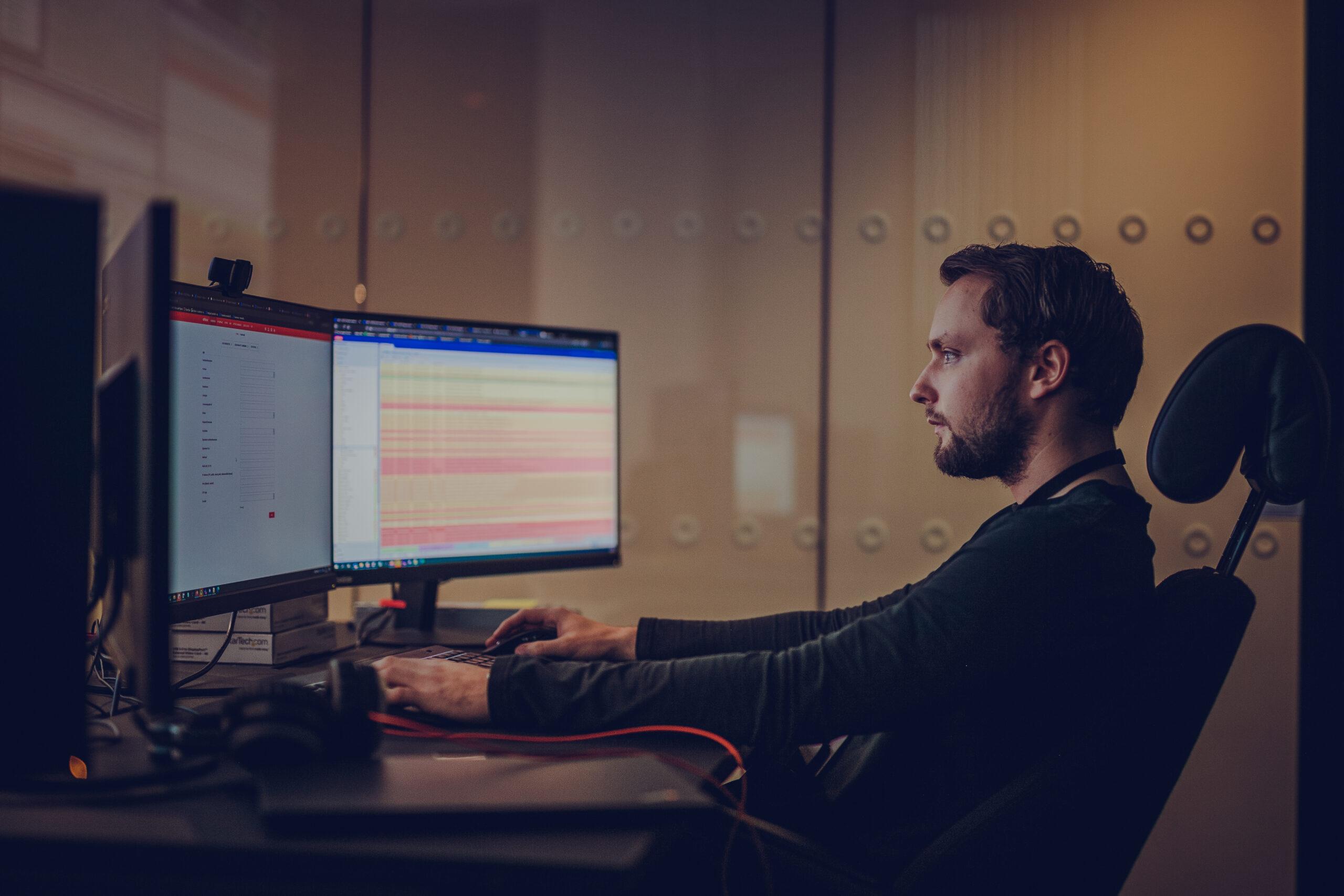 Nettovervåker Stian Hagen Tofte overvåker nettet til Altibox i Norge