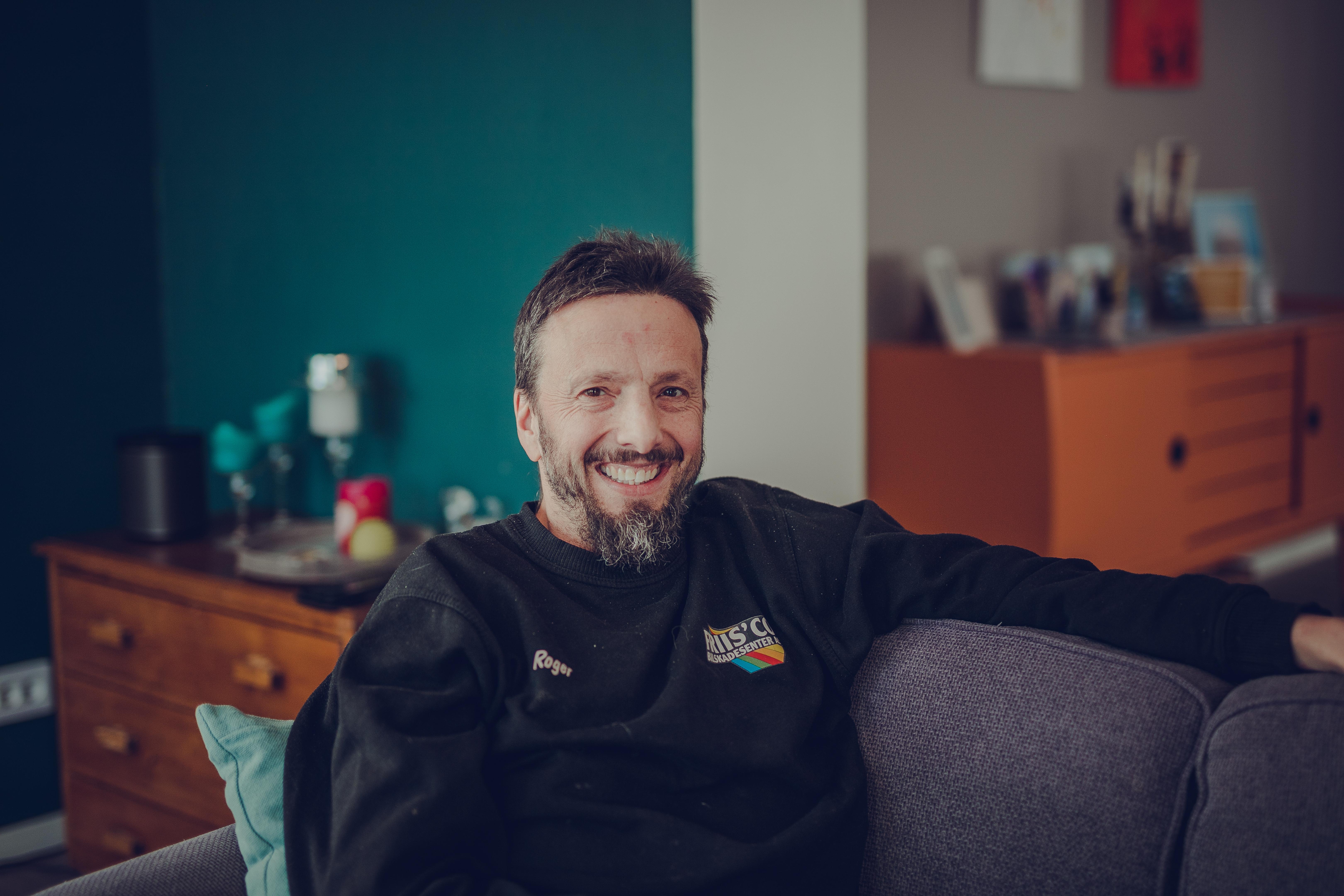Roger Bekkavik sitter i sofaen sin hjemme etter å ha startet prosjekt nabofiber for å få fibernett til Marka i Vefsn Kommune