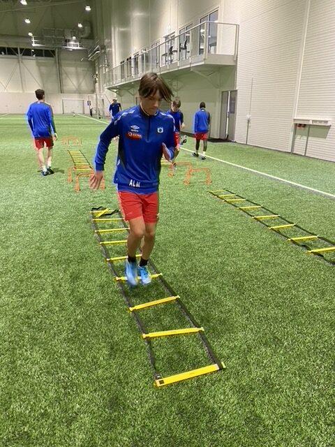 Spiller fra TUIL G15 prøver hurtighet med nytt treningsutstyr