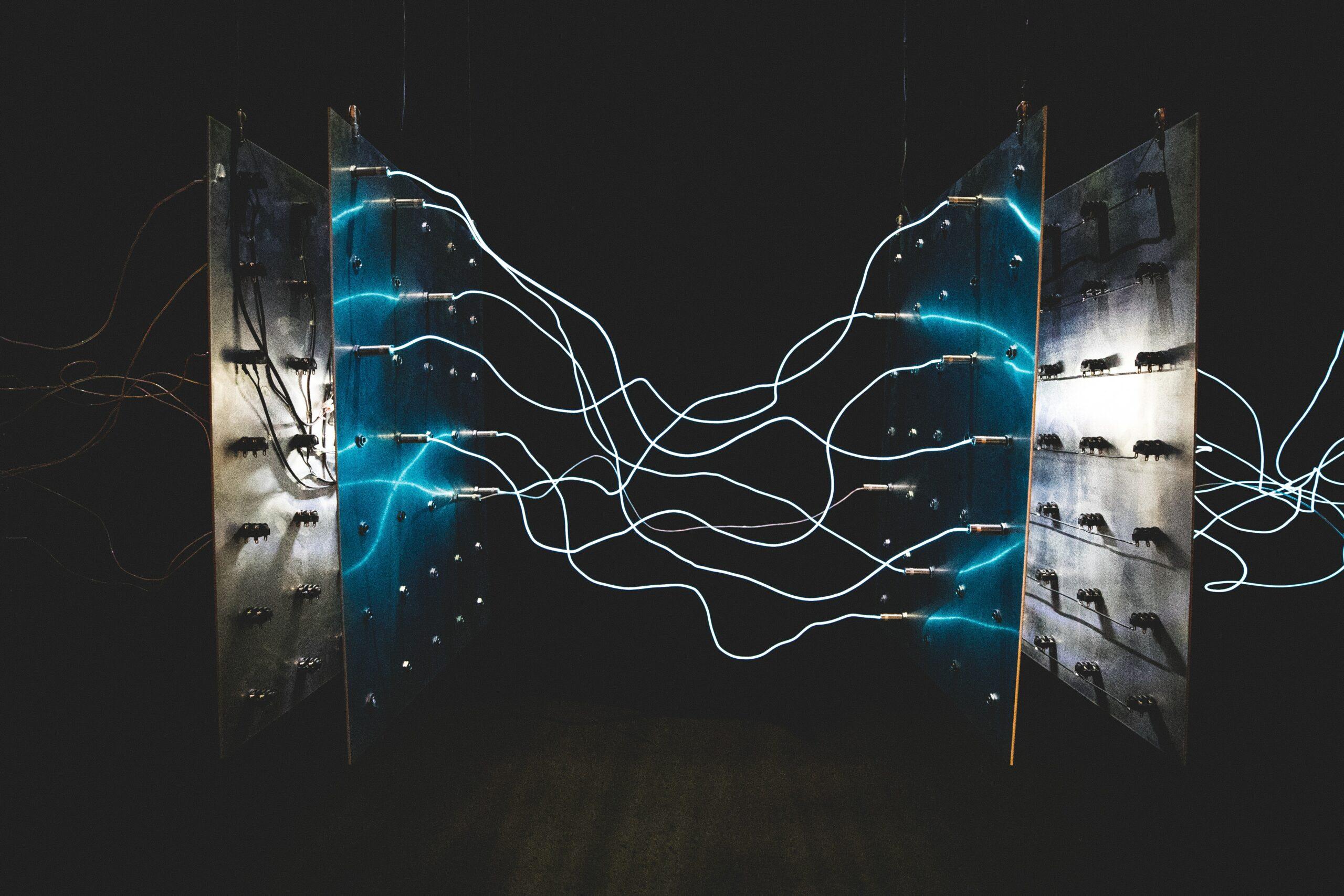 Elektrisitet strømmer mellom to metallplater