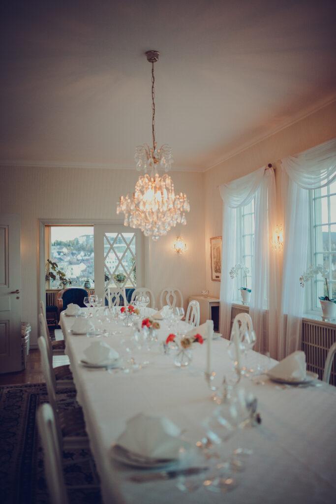 Spisesalen i Bromsgård klar til neste måltid for gjestene
