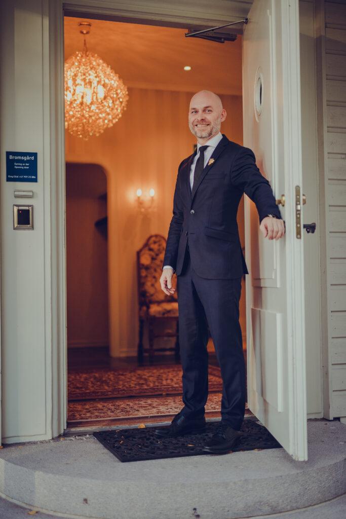Ansatt ved Bromsgård, Thomas Skårvik åpner døren og viser oss inn