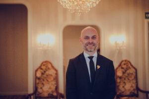 Thomas Skårvik viser stolt frem Bromsgård i Narvik. Her har han jobbet fast siden i 2014.