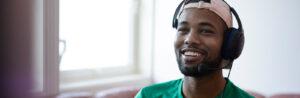 Idris Ahmed Omar har headset på hodet mens han spiller xbox