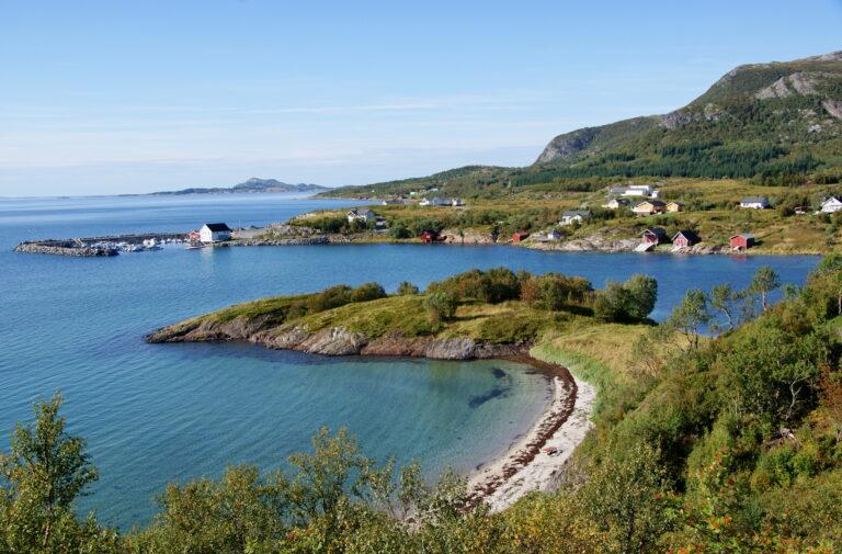 Strand og idyllisk kystlandskap ved Lurøy