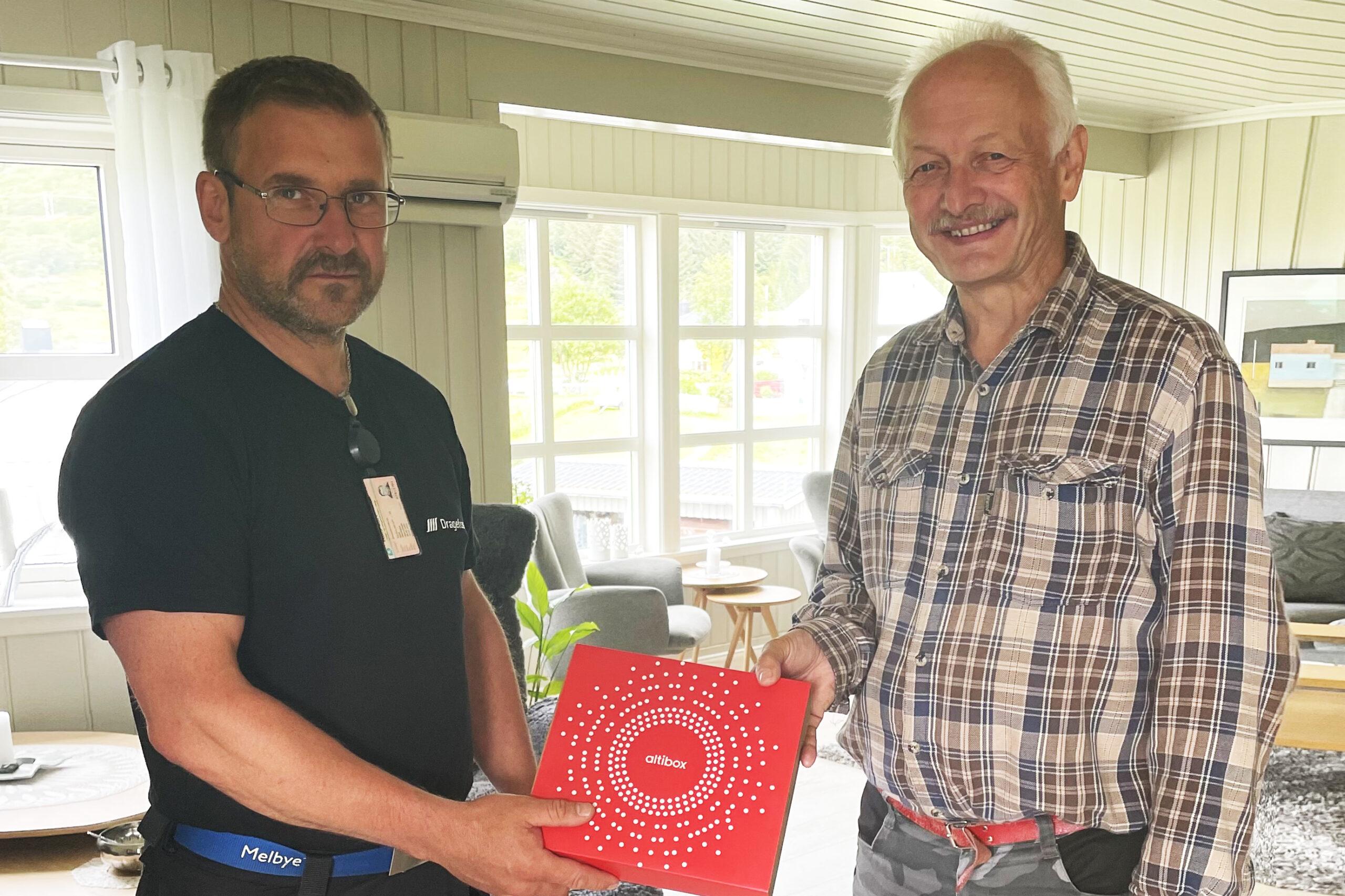 Første kunde i Lurøy er koblet opp og mottar Altibox i sitt hjem